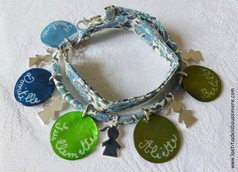Bracelet double tour sur ruban Liberty composé de 5 médailles en nacre gravées et 5 breloques fillette en argent massif - Copie