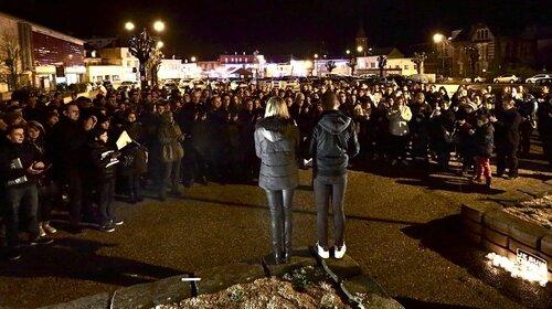 ASSASSINATS CHARLIE HEBDO HIRSON 2015 rassemblement place Victor Hugo jeunes foules