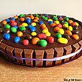 Gâteau d'anniversaire au chocolat, à la mousse de lait aux m&m's et au kinder pour les 4 ans de pépette!