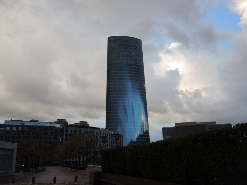 Bilbao, tour Iberdrola, reflets ciel bleu (Espagne)