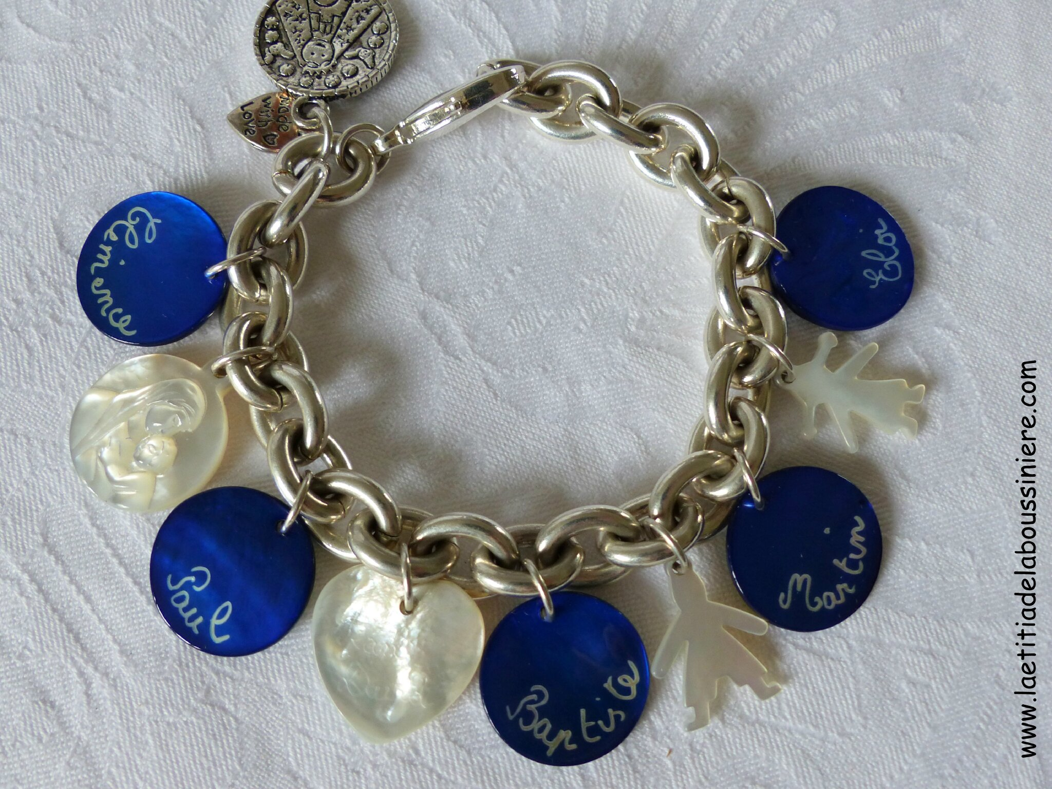 Bracelet personnalisé sur chaîne plaqué argent ovale composé de 5 médailles en nacre gravées et de breloques coeur, garçon, fille et Vierge à l'Enfant en nacre