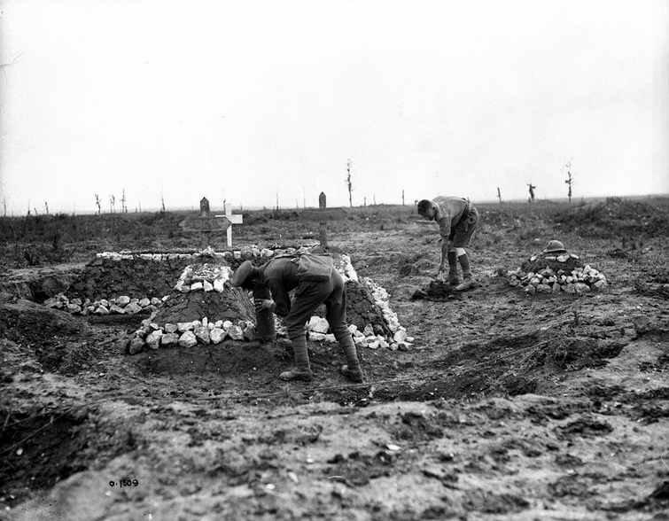 Vimy canadiens enterrant leurs morts juin 1917