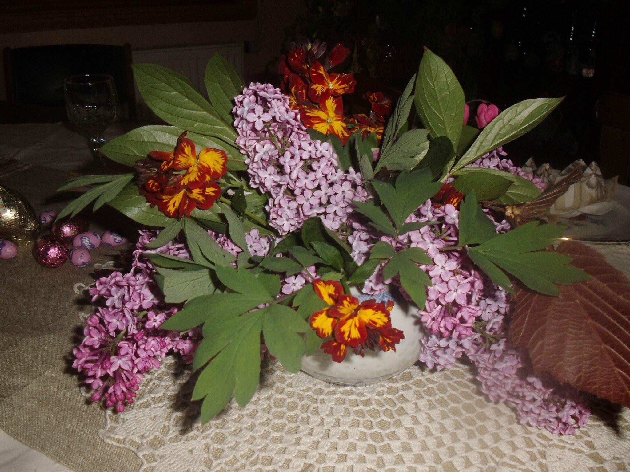 bouquet pascal et centre de table floral pour pâques - peneloppe ou