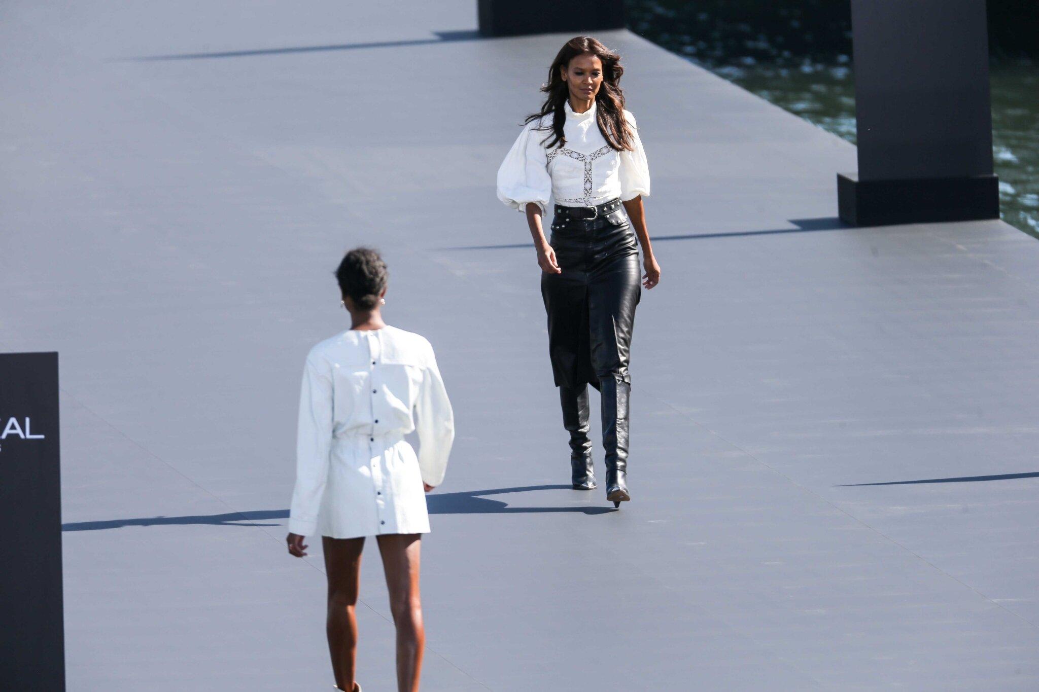 L'Oréal Paris fait défiler ses égéries sur la Seine. © Michel Stoupak. Dim 30.09.2018.