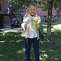 Photo drôle 2 (Johanne qui rit avec 6 tricots dans les mains, tête au pied)