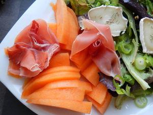 Salade_sucr_e_sal_e__color_e_et_pleine_de_saveurs_gros_plan_melon