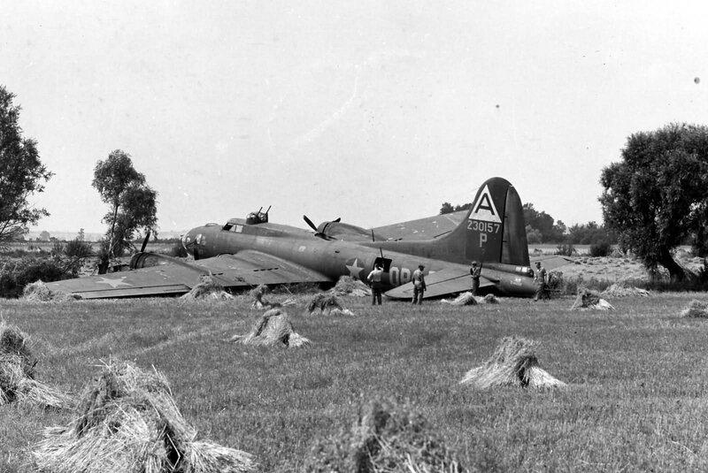 B-17G_91_bomb_Group_323BS_42-30157