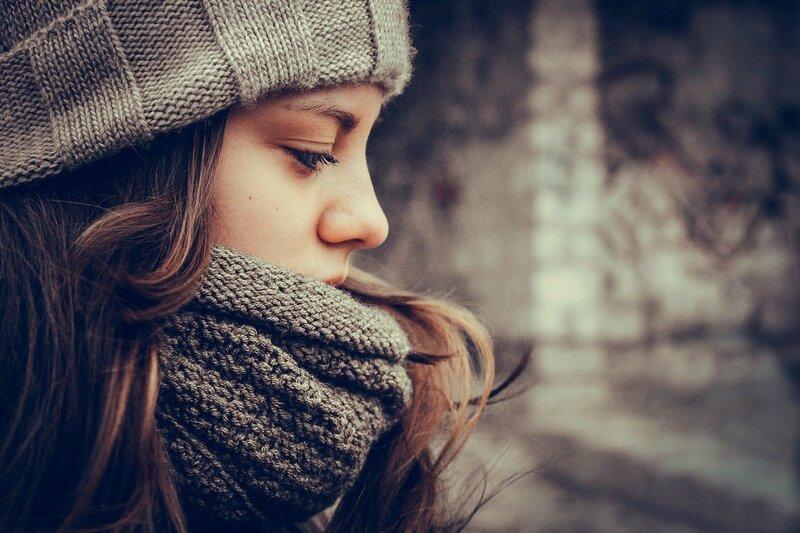jeune-femme-emmitouflée-pensive-triste
