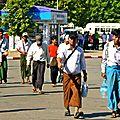 Le Longyi traditionnel porté autant par les femmes que par les hommes