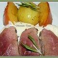 Magret grillé au romarin, kakis persimon et crème aux oignons roses