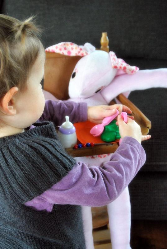 Mini Froufrou donne à manger à Raoul