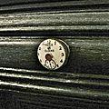 bouton de tiroir sur cabinet de curiosités
