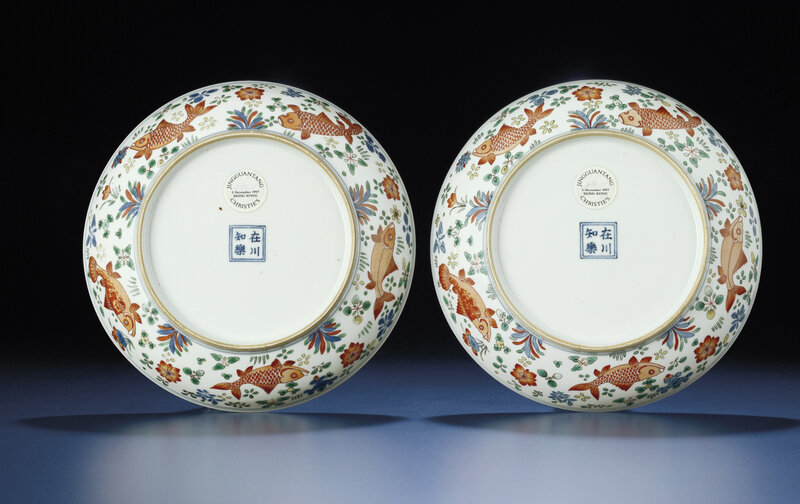 2011_HGK_02861_3568_000(a_rare_pair_of_finely_painted_wucai_fish_dishes_kangxi_period) (1)