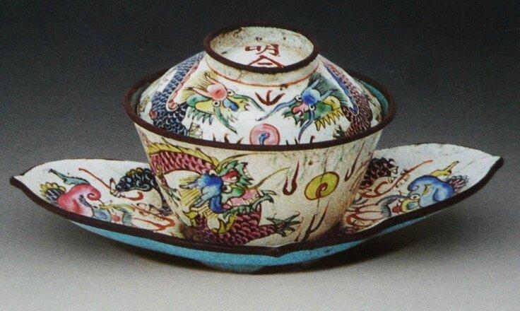 Tasse à thé et soucoupe à fond blanc et à décor de dragons, Vietnam, Minh Mang (1820-1840), Emaux de Huê, Musée d'Histoire du Vietnam, HoChiMinh-Ville