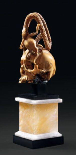 Memento mori en ivoire patiné translucide, Travail du Japon, XIXe siècle.