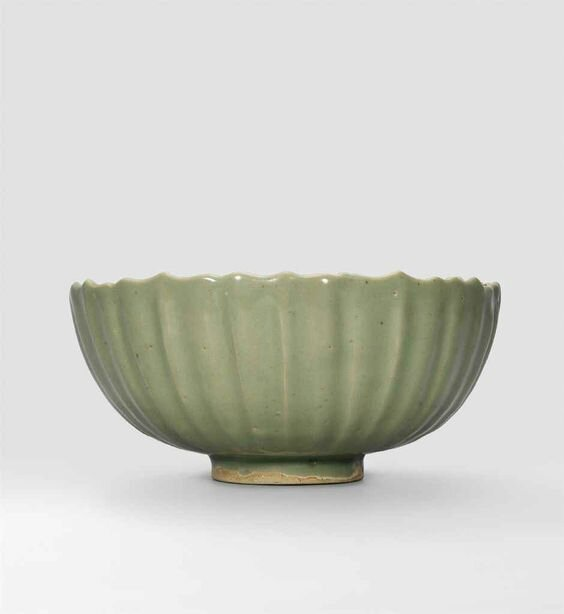 A large Jun green-glazed, foliate-rim bowl, Jin-Yuan Dynasty (1115-1368)