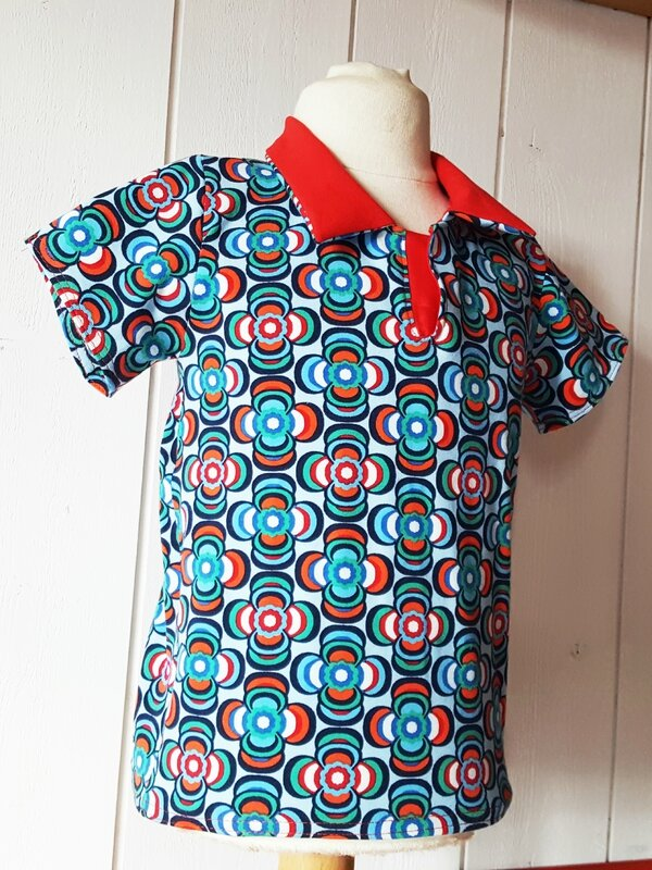 Polo HECTOR pop seventies - enfant fleurs bleues col rouge www.crapule-factory.com - la mode artisanale chic et décalée made in France