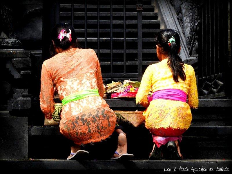 femmes faisant des offrandes à Tanah Lot
