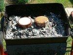 Les camemberts sont déballés et placés dans des plats en terre cuite