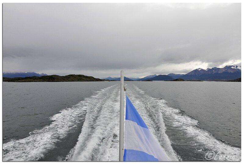 _Argentine_289_Ushuaia_canal_Beagle_pano_drapeau