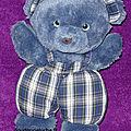 Doudou ours nounours, bleu, en salopette à carreaux, avec grelot, www.doudoupeluche.fr
