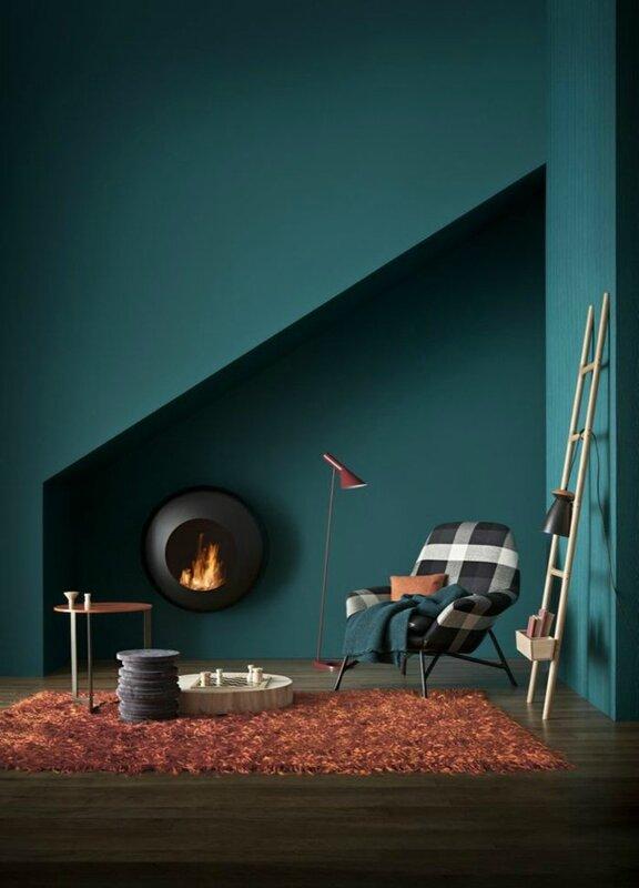 1-quelle-peinture-choisir-pour-les-murs-dans-la-salle-de-séjour-avec-un-tapis-orange-et-plafond-sous-pente