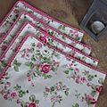 Set de 4 serviettes de table 40x40 en coton écru fleuri de roses et bordées de dentelle de coton rose vif (3)