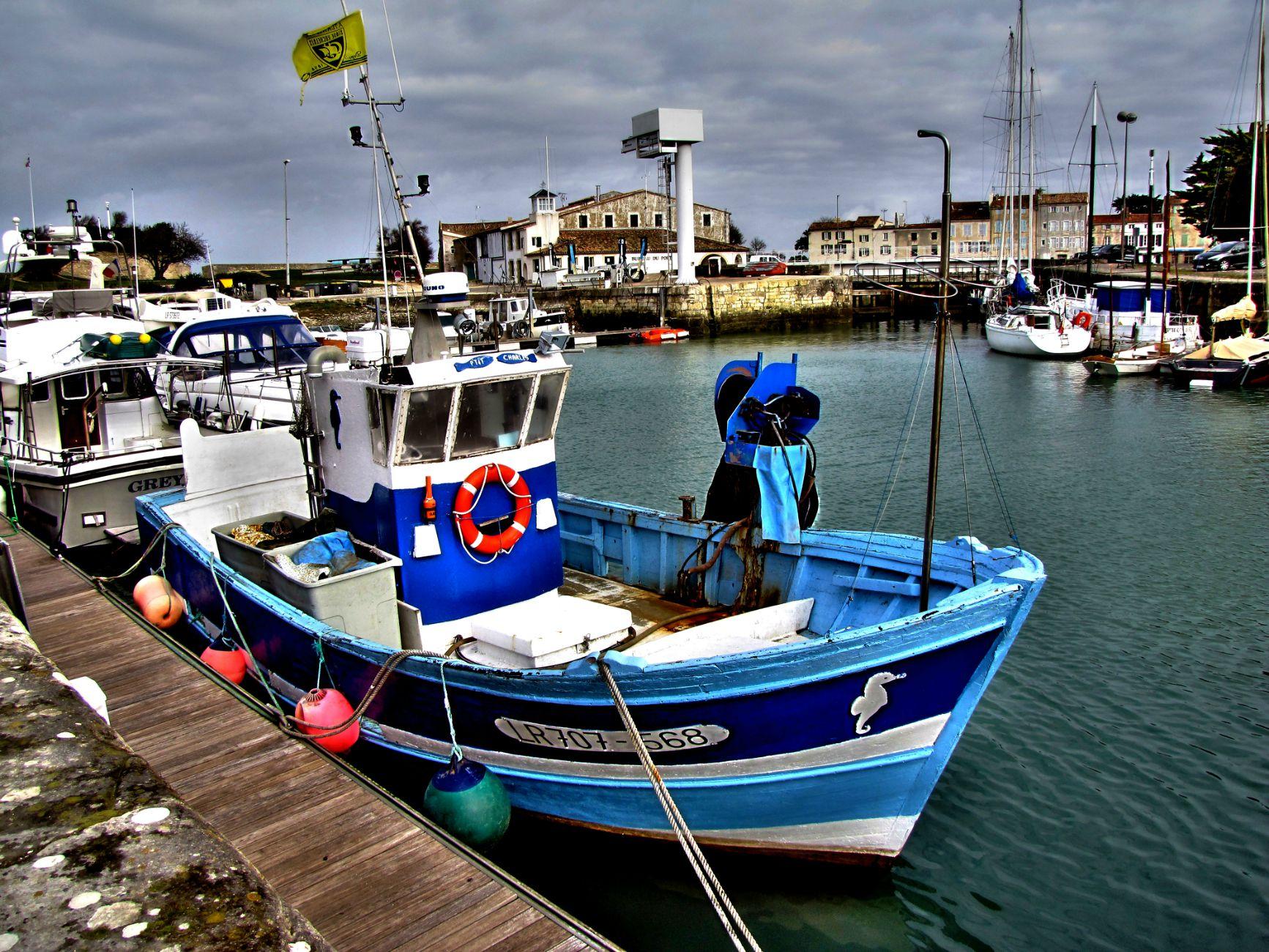 Bateau bleu port ile de Ré-h1300