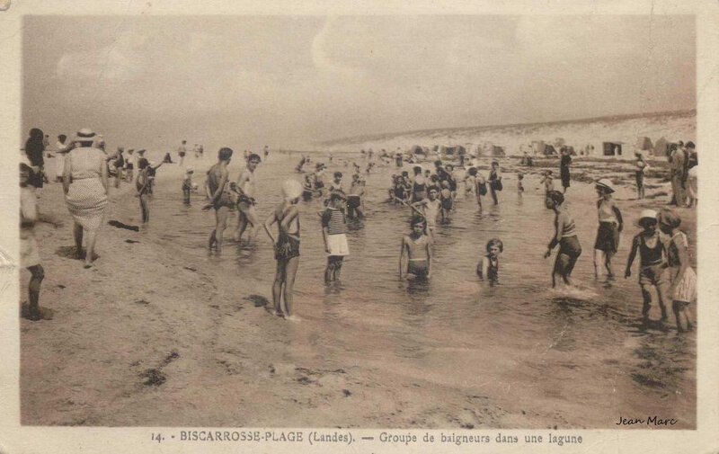 1451995970-Biscarrosse-Plage-Groupe-de-baigneurs-dans-une-lagune