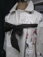 Manteau AGLAE en toile de coton beige clair imprimé chevaux de courses, fermé par un noeud de lin chocolat (3)