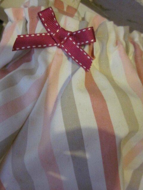 Culotte BIANCA en coton rayé rose et beige sur fonc écru - Noeud de velours rose (4)