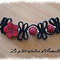collier lacet PVC fleur rouge