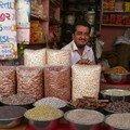 Vendeur d'epices pres de la Delhi Gate, Ahmedabad