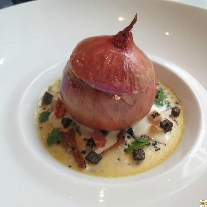 Oignon rose de Roscoff, cuisiné carbonara, royale de lard fumé et champignons sauvages