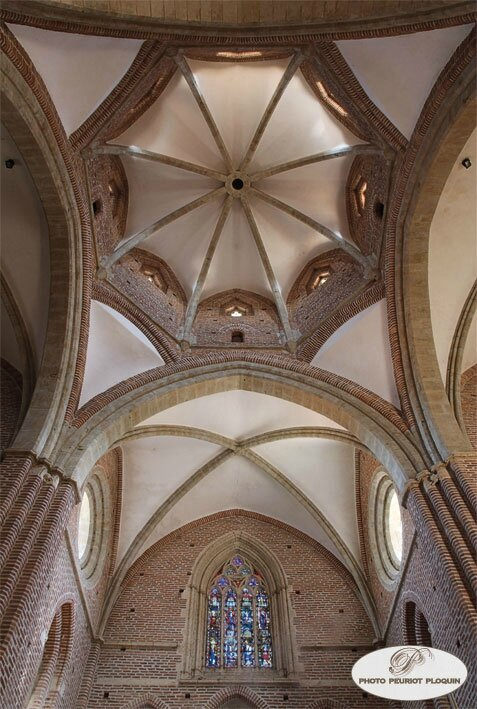 SIMORRE_eglise_abbatiale_Notre_Dame_coupole_nervee_dominant_la_croisee_du_transept