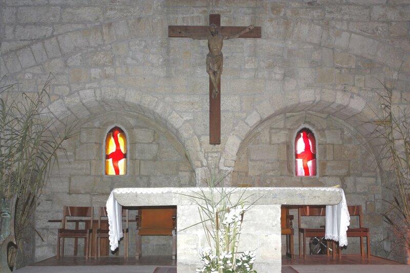 Aigues_Mortes-Église_Notre-Dame_des_Sablons-Christ_et_maître_autel-20110824