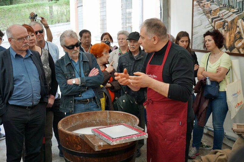 Papermaking demonstration / démonstration de la fabrication du papier.