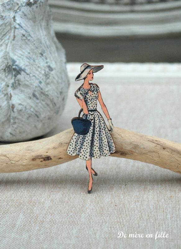 dame au chapeau robe marine à pois