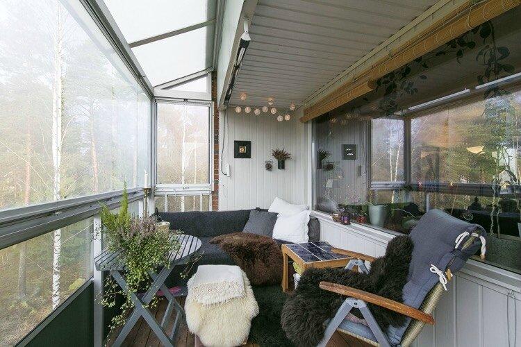 décoration-balcon-automne-cosy-couvertures-duveteuses-plantes-vertes-bruyère-guirlande-lumineuse