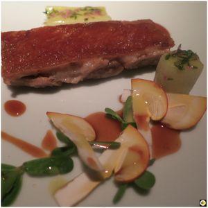 Queue de porc, purée d'oignon blanc, épinard, noisettes (1)