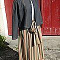 veste grise et jupe rayée