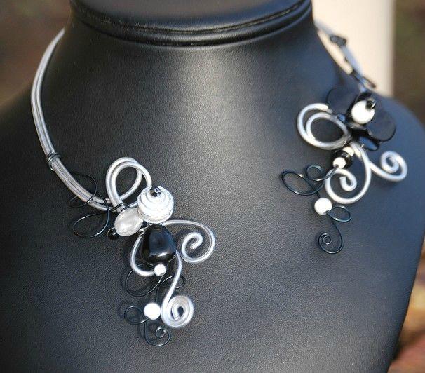 collier ouvert noir et blanc
