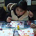 las niñas pintando