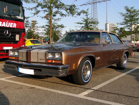 OLDSMOBILE_Cutlass_Salon_Colonnade_4door_Sedan___1976__Rencard du Burger King, Offenbourg 3_