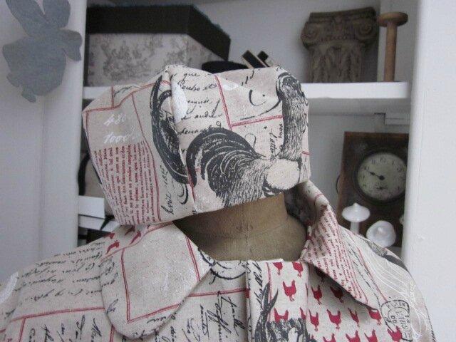 Chapeau de pluie AGATHE en coton enduit lin imprimé calligraphie et coq (3)