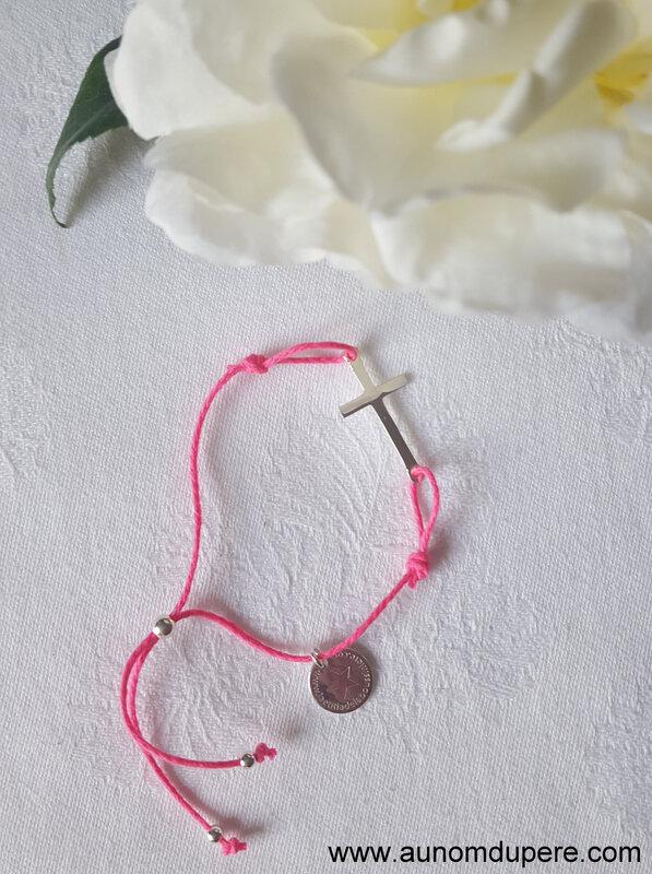 Bracelet Croix sur cordon (fushia) - 25 €