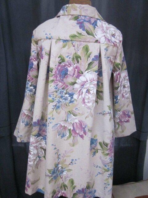 Manteau AGLAE en toile de coton beige fleuri violine et bleu, fermé par un noeud de coton violine (7)