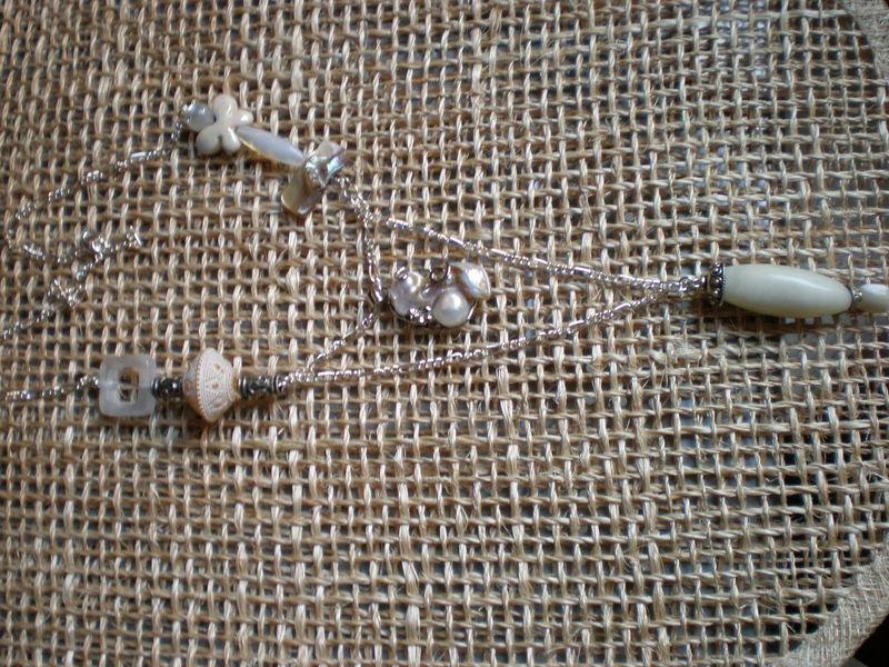 Le sautoir fait sur commande: grosse perle sertie d'argent , pierres etc