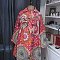 Ciré AGLAE en coton enduit multicolore sur fond rouge fermé par un noeud (2)
