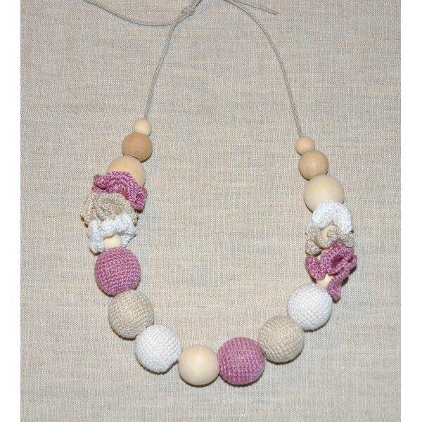 collier-rose-avec-perles-au-crochet-et-perles-en-bois 1